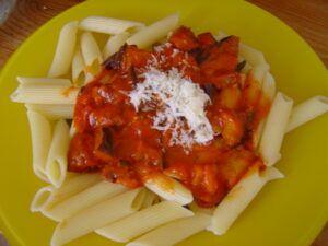 těstoviny s rajčaty a nakrájeným lilkem