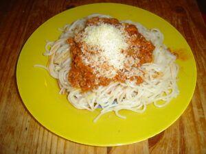 připravené špagety s mletým masem a rajčatovou omáčkou posypané sýrem