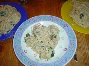 špagety se smetanovou omáčkou a cuketou