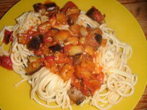 Lilek s rajčaty na špagetách