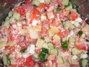 Salát s rajčaty, paprikou a balkánským sýrem