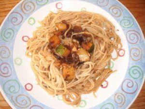 špagety se sušenými rajčaty a bazalkou