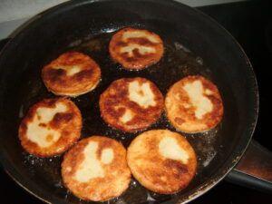 bramborové placky z vařených brambor a polohrubé mouky