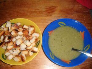 Polévka uvařená z mražené brokolice
