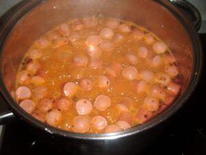 Polévka gulášová s párkem