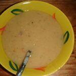 Hrachová polévka ze žlutého hrachu s uzeným