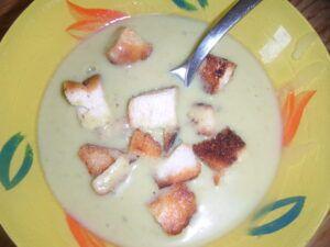 krémová polévka uvařená z mraženého hrachu s krutony