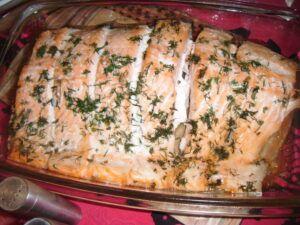 upečený filet z lososa bez kůže nakrájený na porce