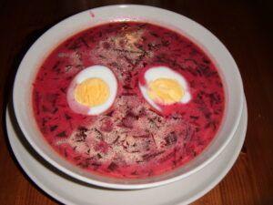 Řepová polévka servírovaná s uvařeným vajíčkem