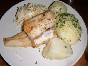 Candát usmažený na másle s vařeným bramborem a zeleninovým salátem