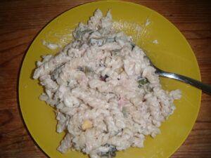 tuňák z konzervy v salátu z těstovin
