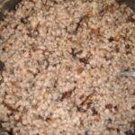 Ječné kroupy se sušenými houbami