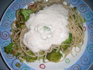 Sýrová omáčka vyrobená z nivy nalitá na špagetách s brokolicí