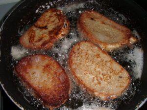 smažící se vaječné smaženky z chleba