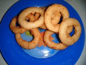 Tradiční americké cibulové kroužky po usmažení dozlatova