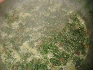 Dušení mraženého špenátu ve finální fázi už s přidanou smetanou