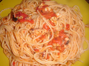 Špagety s rajčatovou omáčkou s kalamáry, chobotnicí a krevetami