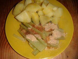 Vařený řapíkatý celer sypaný strouhankou a politý máslem