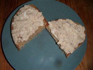 rybí pomazánka na chlebu