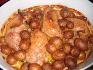 Pečené kuře na kari a slanině s bramborami