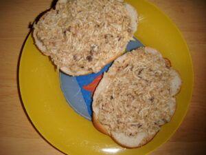 Sardinková pomazánka se strouhaným sýrem na chlebíčkách